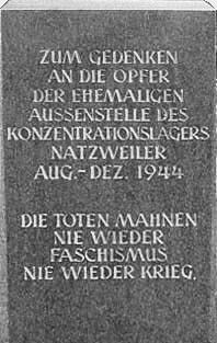 """Gedenkstein in Walldorf: """"Zum Gedenken an die Opfer der ehemaligen Aussenstelle des Konzentrationslagers Natzweiler August bis Dezember 1944. Die Toten mahnen: Nie wieder Faschismus, nie wieder Krieg."""""""